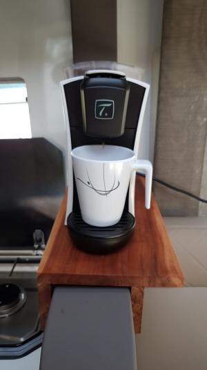 Ablage für Kaffeemaschine im Camper aus Apfelholz
