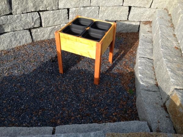 Modell Variabel  Das Hochbeet besteht aus gehobeltem Fichtenholz, die Beine sind aus dem Vollen gefräst und die Bretter 4 seitig gehobelt und 24 mm st